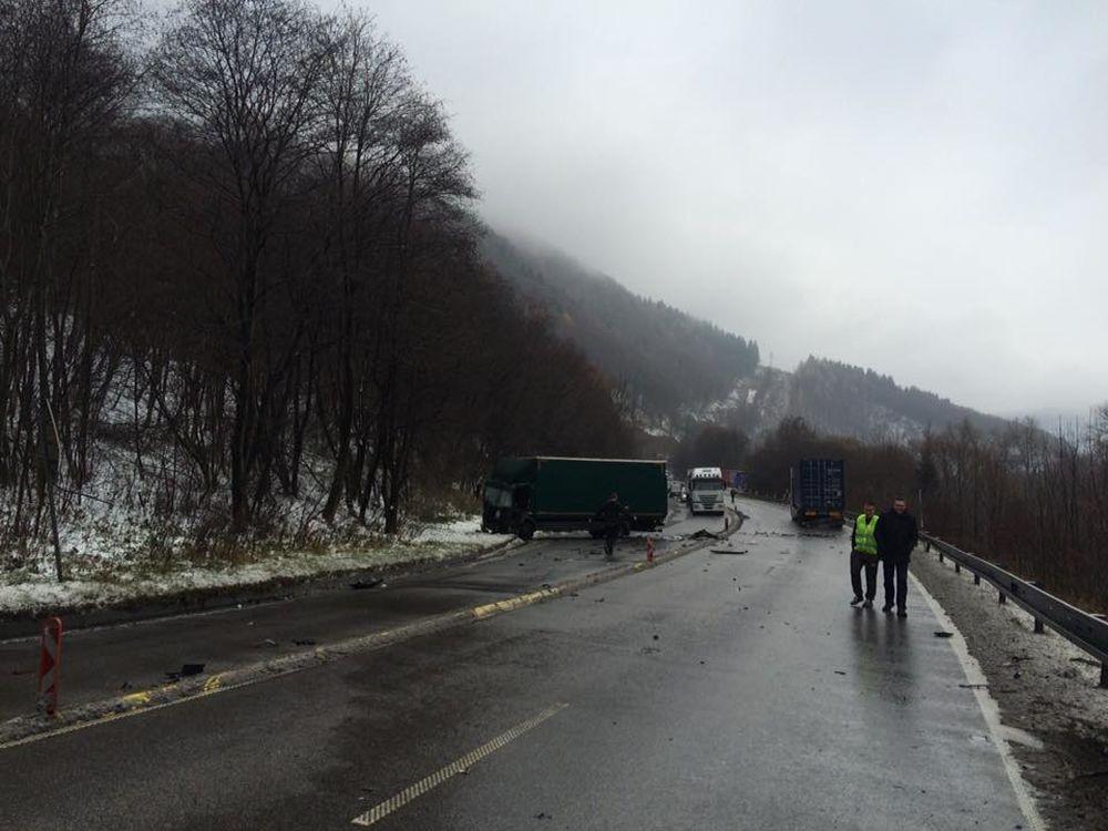 Pri Dubnej Skale došlo k hromadnej dopravnej nehode, zdržania sú veľké, foto 2