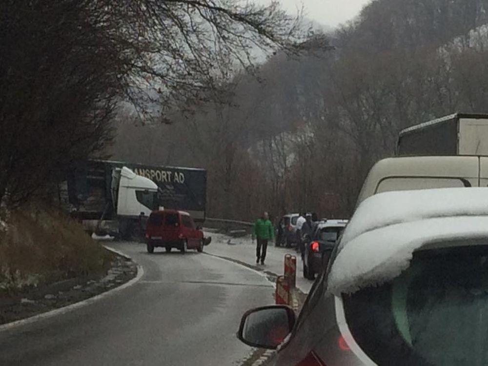 Pri Dubnej Skale došlo k hromadnej dopravnej nehode, zdržania sú veľké, foto 3