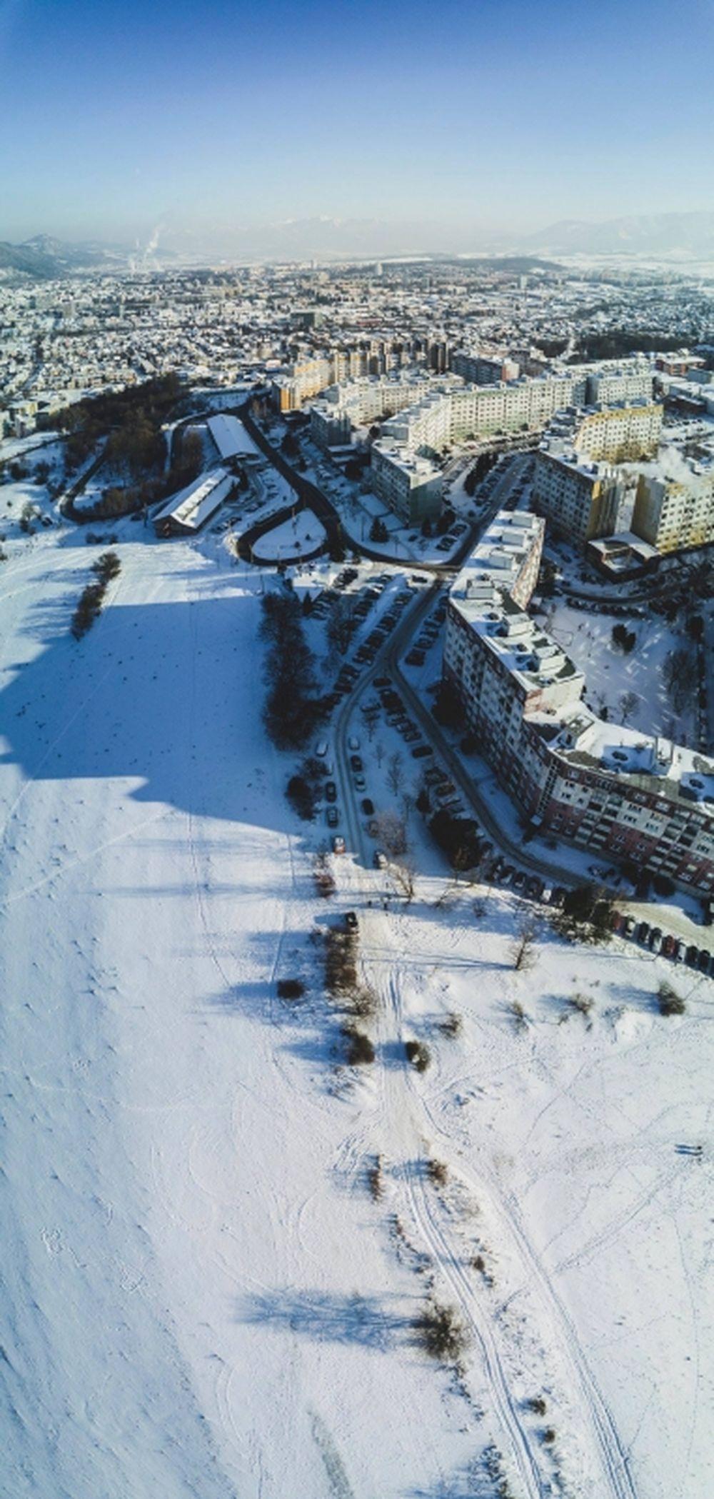 Pohľad z vrchu na zasnežený Hájik