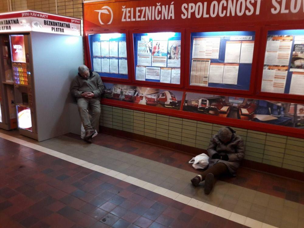 Neprispôsobiví občania na železničnej stanici v Žiline, foto 1