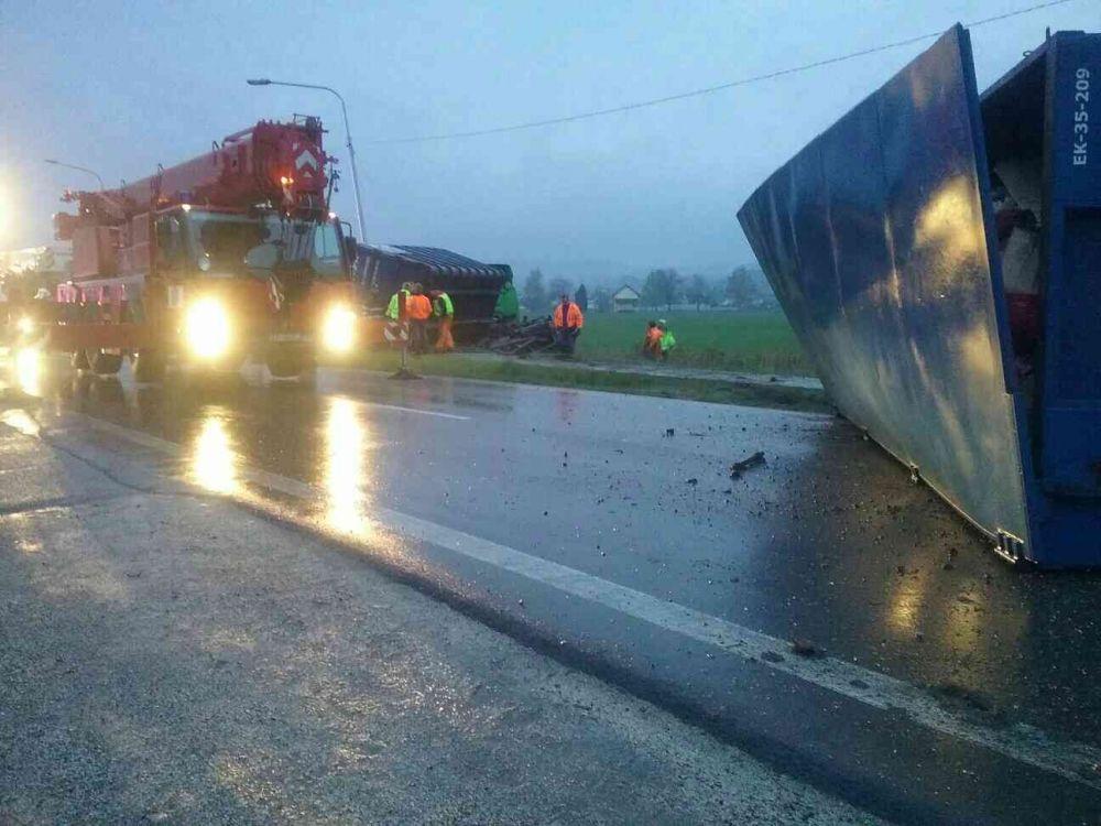 Nehoda nákladného auta s nebezpečným odpadom pri Bytči - 13.4.2017, foto 1