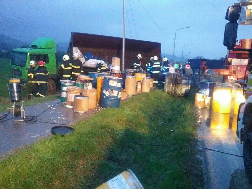Nehoda nákladného auta s nebezpečným odpadom pri Bytči - 13.4.2017, foto 2