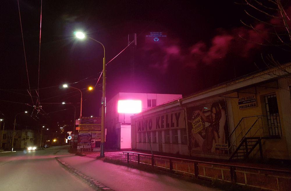 Prekážajúca svetelná reklama v mestskej časti Závodie, foto 1