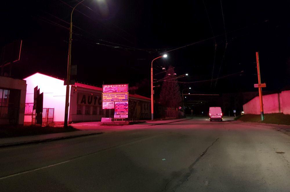 Prekážajúca svetelná reklama v mestskej časti Závodie, foto 2