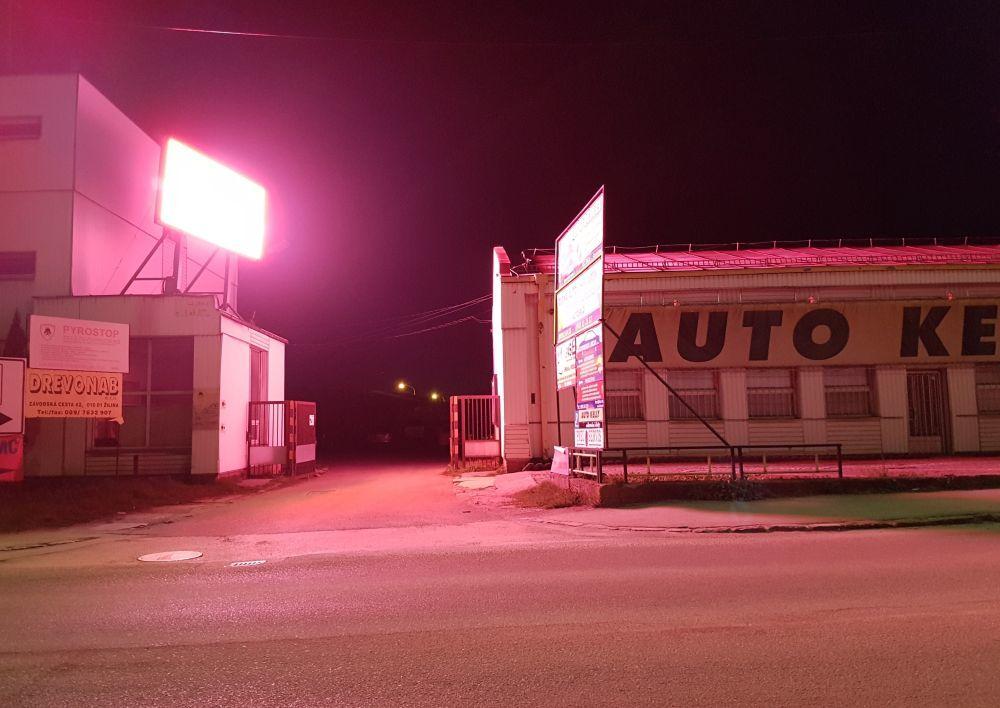 Prekážajúca svetelná reklama v mestskej časti Závodie, foto 3