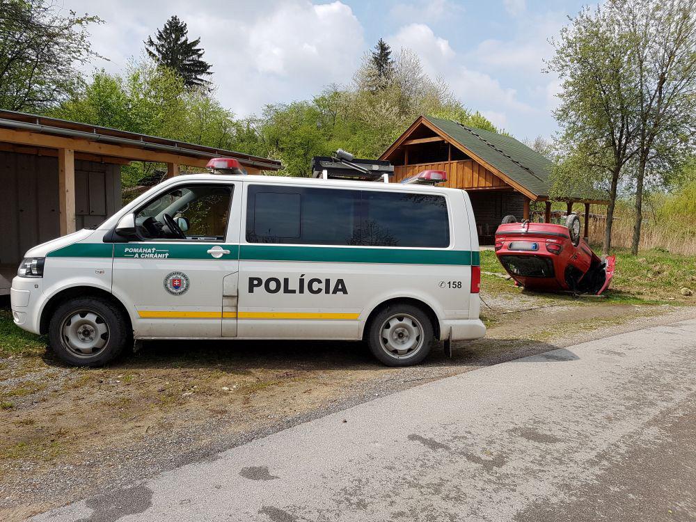 Auto prevrátené na streche - Vodné dielo Žilina 29.4.2017, foto 1