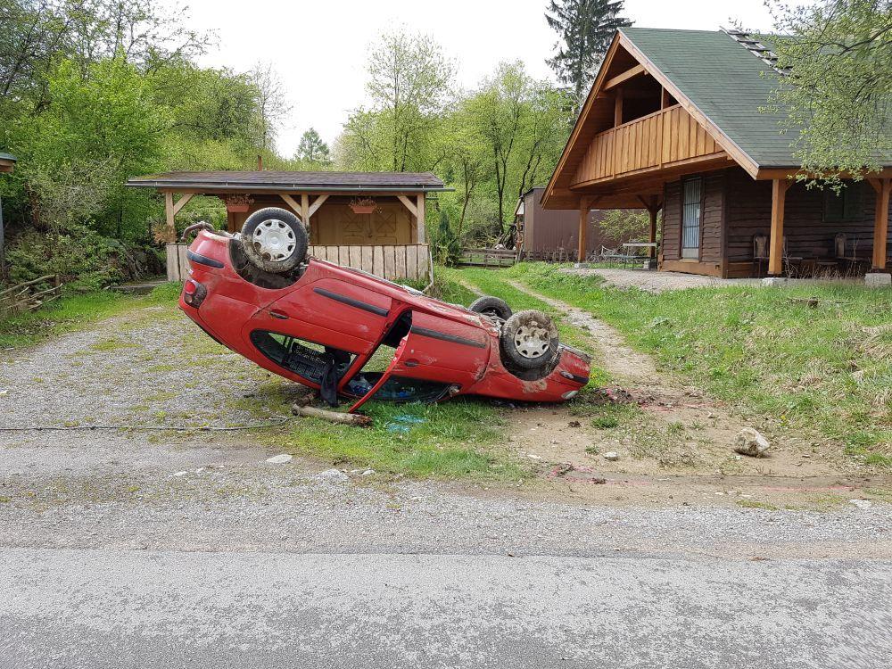 Auto prevrátené na streche - Vodné dielo Žilina 29.4.2017, foto 3