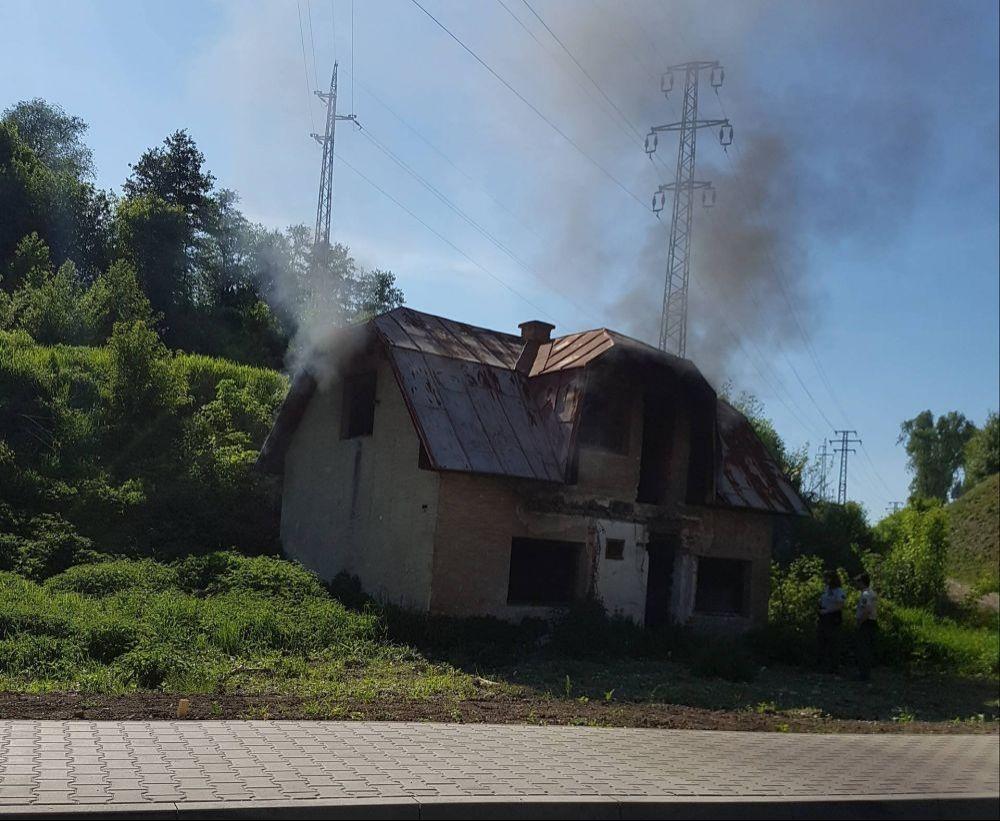 Požiar opusteného domu - 19.5.2017 Rosinská cesta, foto 1