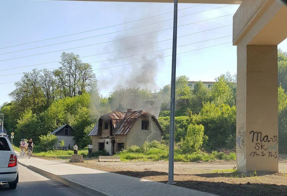 Požiar opusteného domu - 19.5.2017 Rosinská cesta, foto 2