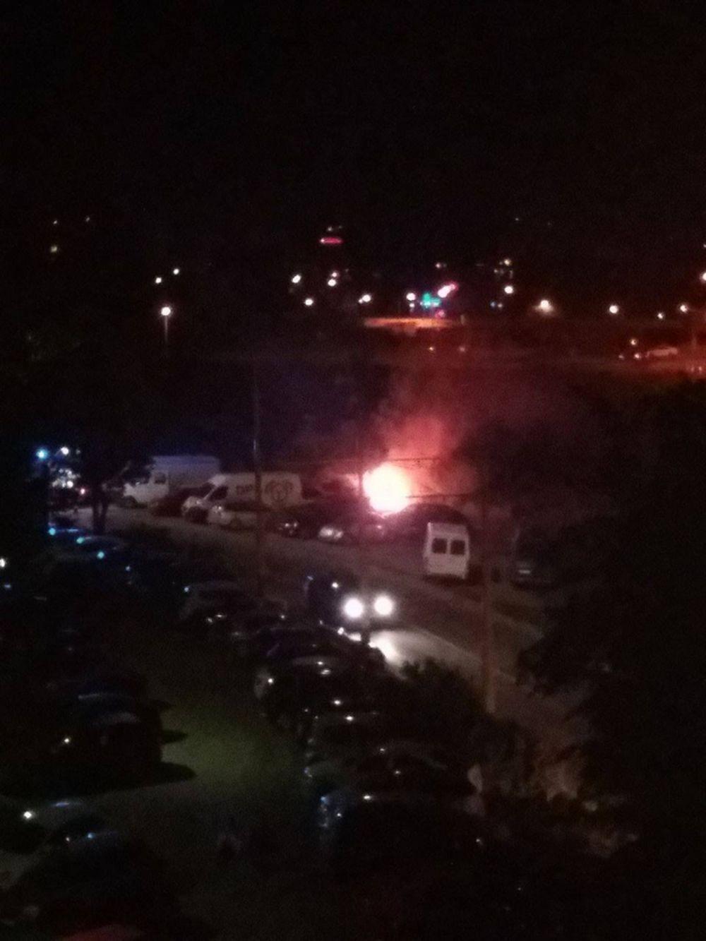 Na Smrekovej ulici horí osobné auto, foto 2