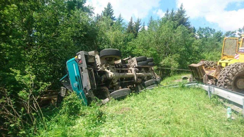 Dopravná nehoda nákladného auta v okrese Liptovský Mikuláš - 1.6.2017, foto 1
