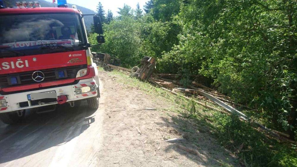 Dopravná nehoda nákladného auta v okrese Liptovský Mikuláš - 1.6.2017, foto 2