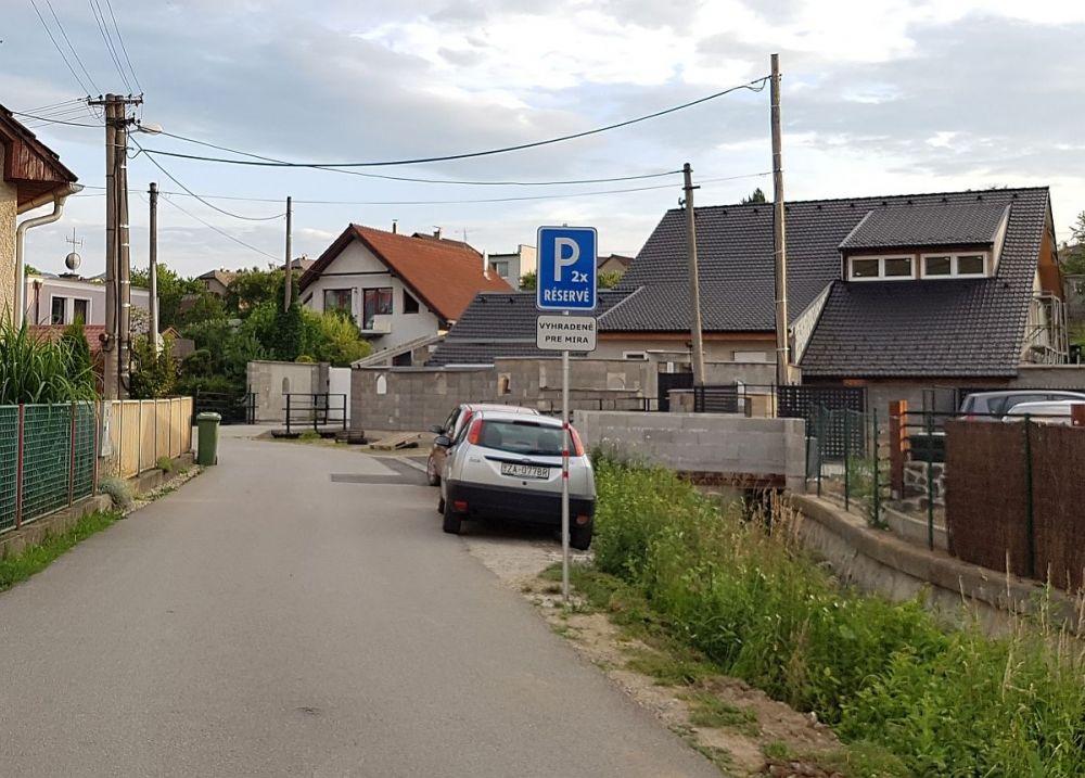 Kuriózne dopravné značenie bez povolenia v Trnovom, foto 1
