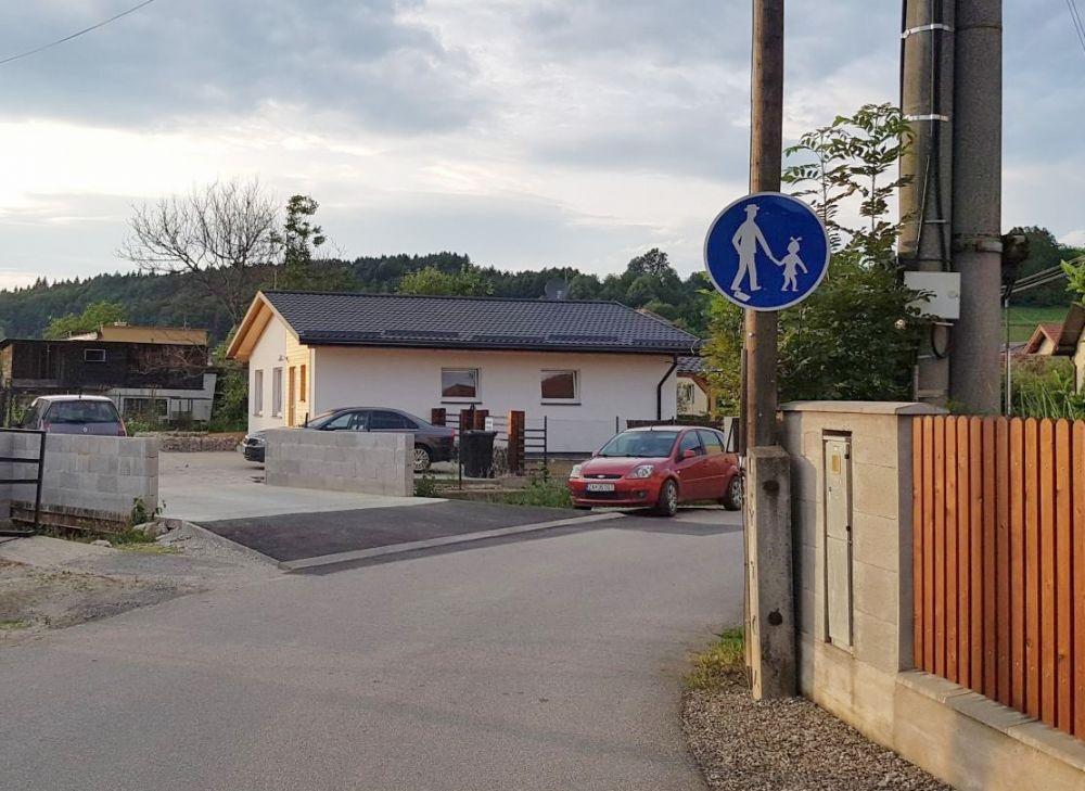 Kuriózne dopravné značenie bez povolenia v Trnovom, foto 2