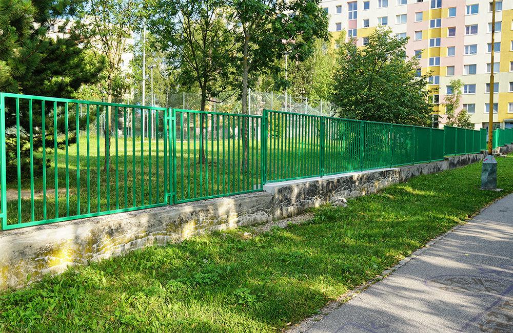 Nový plot pri základnej škole na ulici Limbová, sídlisko Solinky