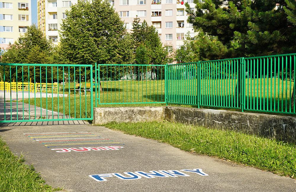 Nový plot pri základnej škole na ulici Limbová, sídlisko Solinky, foto 2