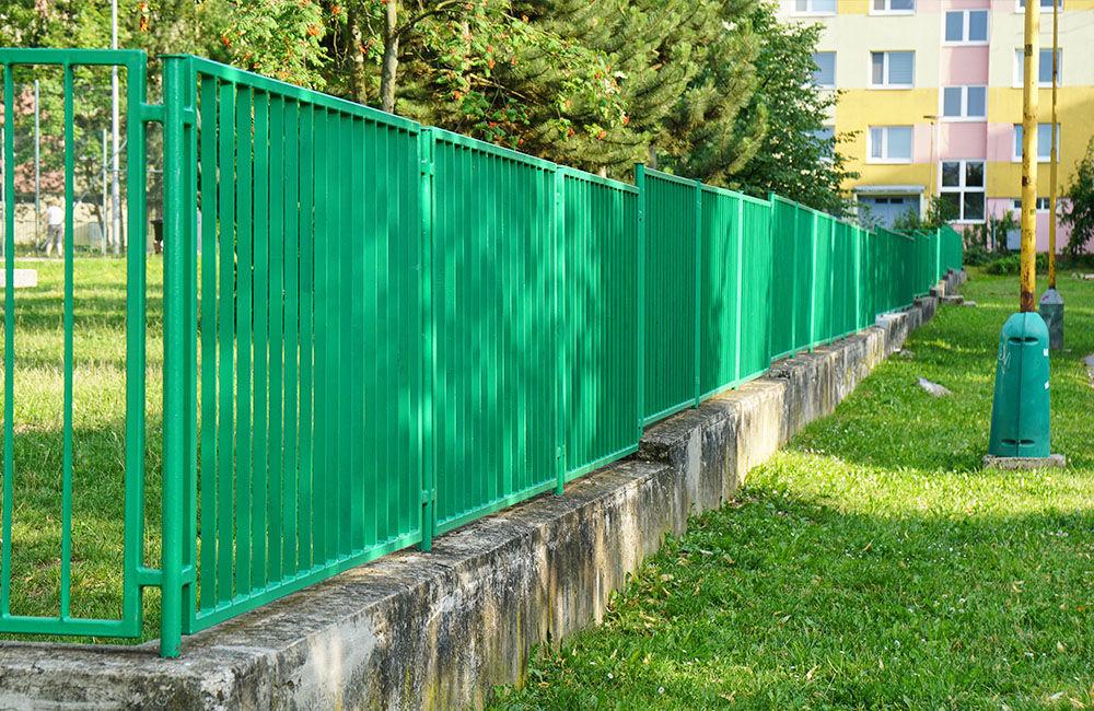 Nový plot pri základnej škole na ulici Limbová, sídlisko Solinky, foto 3