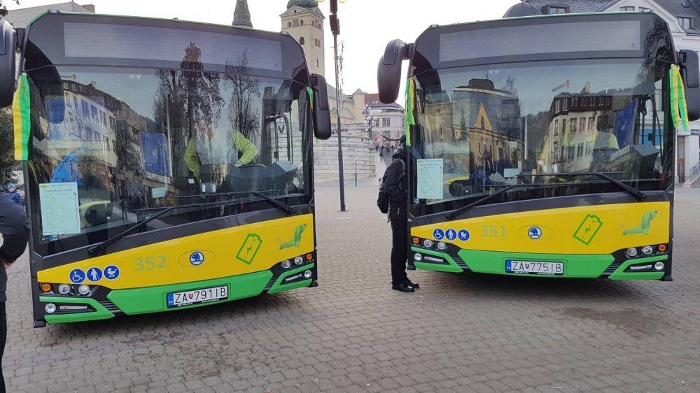 FOTO: Na Námestí Andreja Hlinku boli slávnostne odovzdané dva nové elektrobusy, foto 12