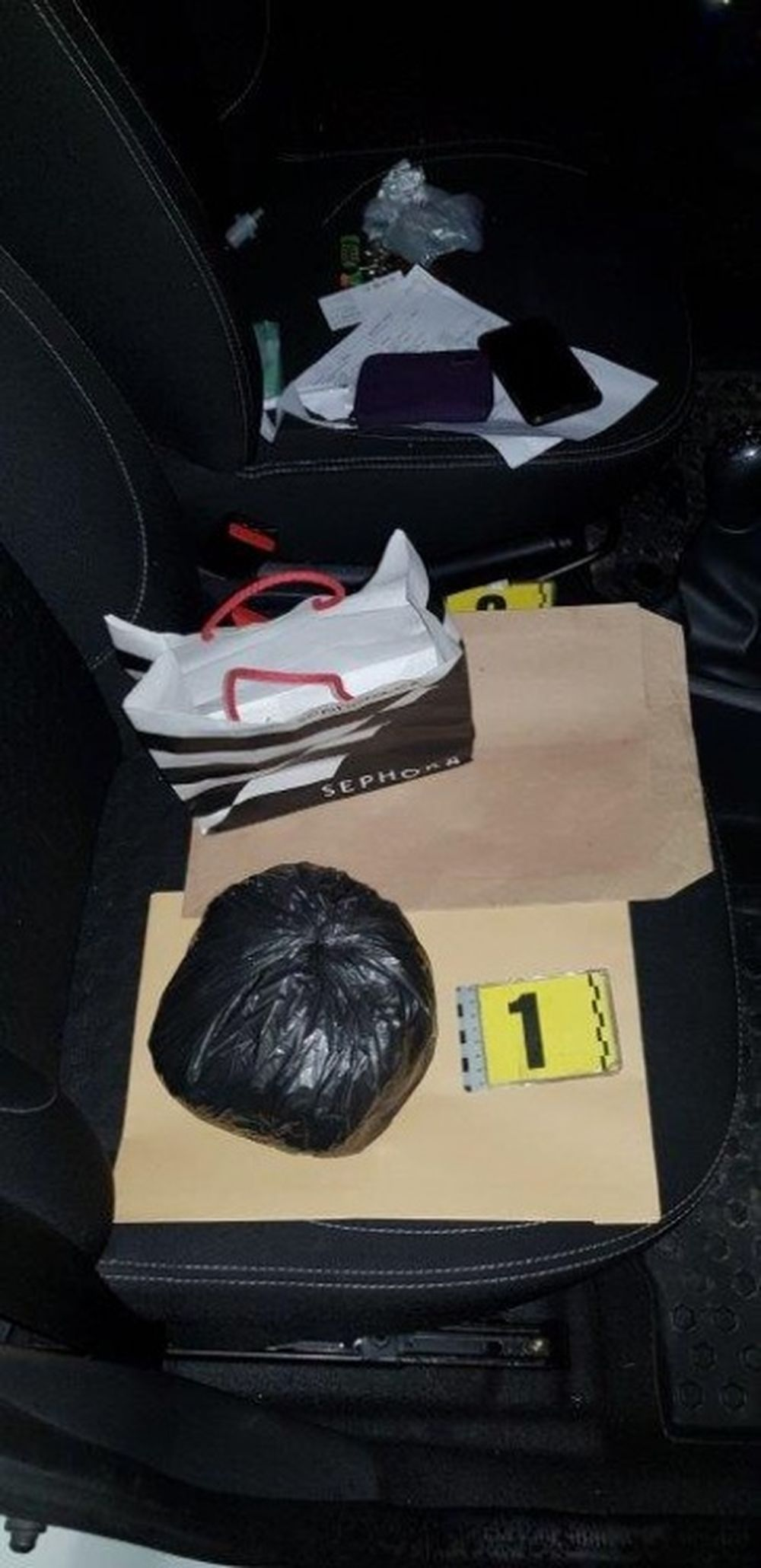Policajti objavili v zastavenom vozidle v Kotešovej marihuanu, foto 1