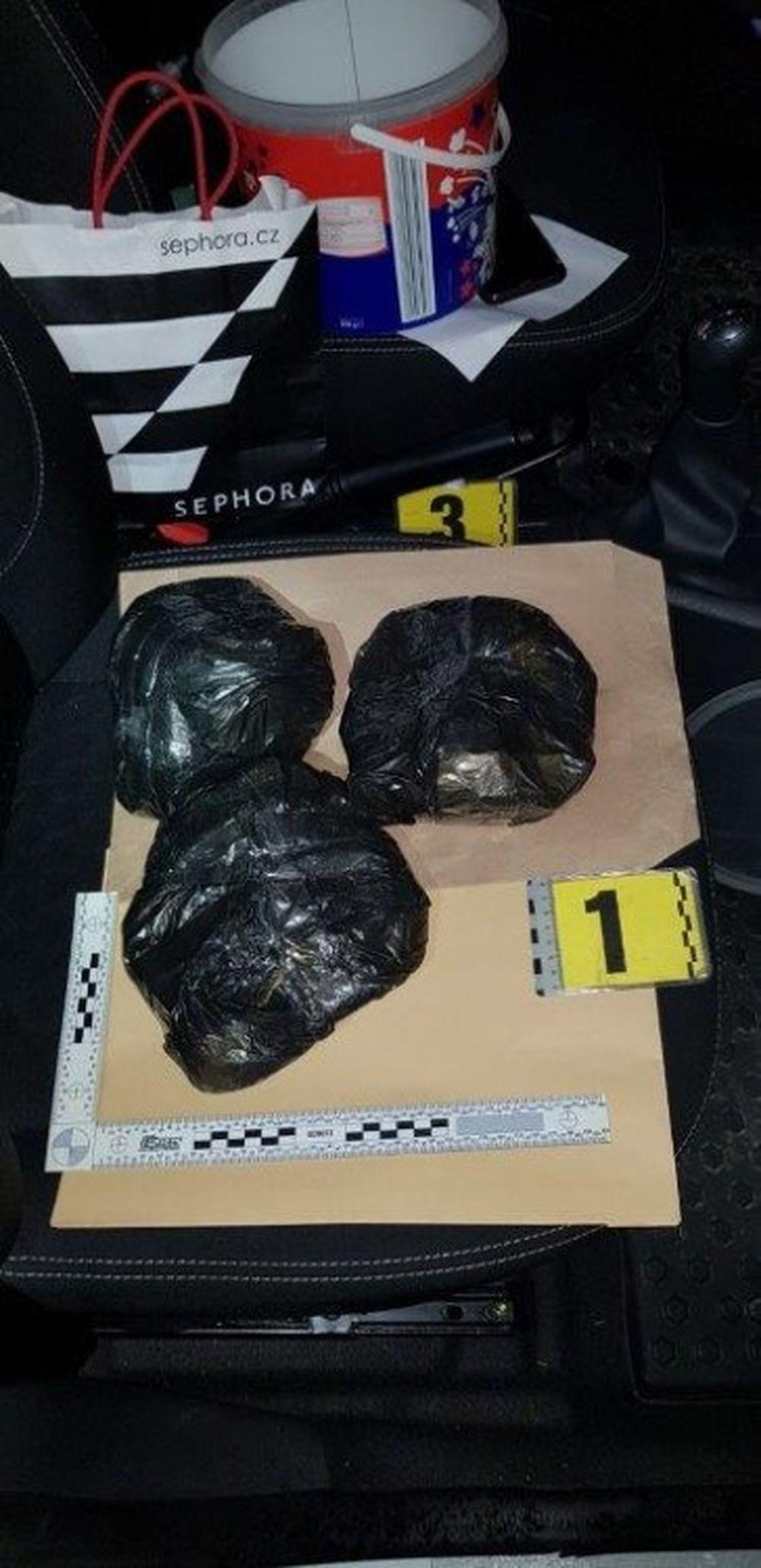 Policajti objavili v zastavenom vozidle v Kotešovej marihuanu, foto 3