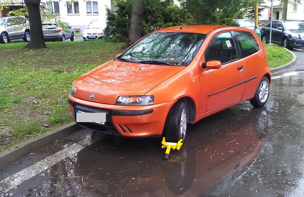 Parkovanie v okružnej križovatke v žilinskej nemocnici rieši mestská polícia