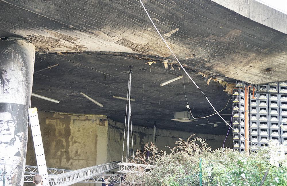 Nočný požiar poškodil kultúrny priestor aj kruhový nadjazd Rondel, foto 3