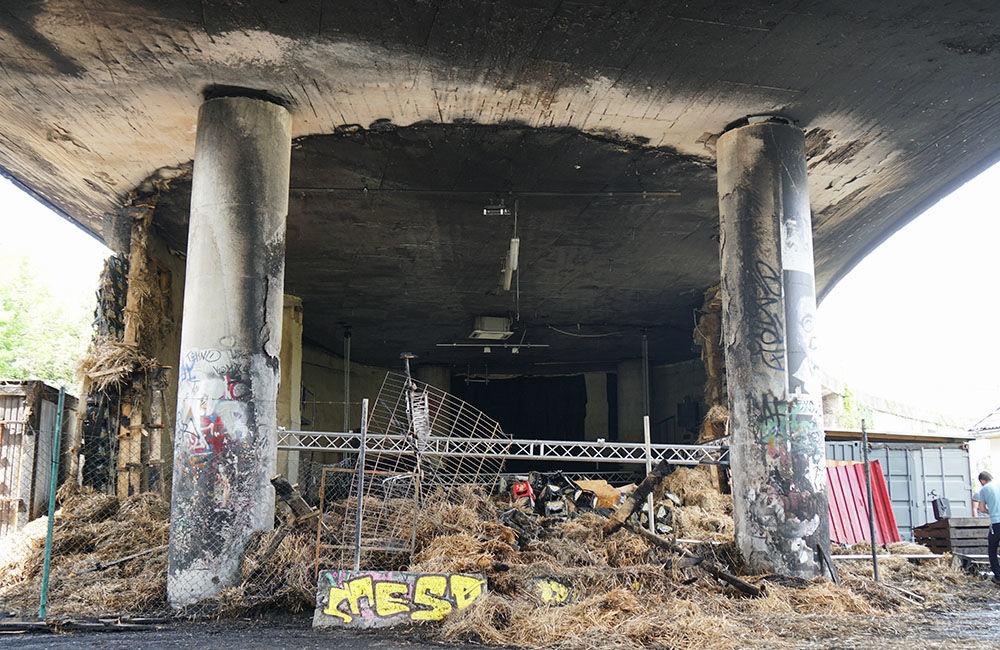 Nočný požiar poškodil kultúrny priestor aj kruhový nadjazd Rondel, foto 7