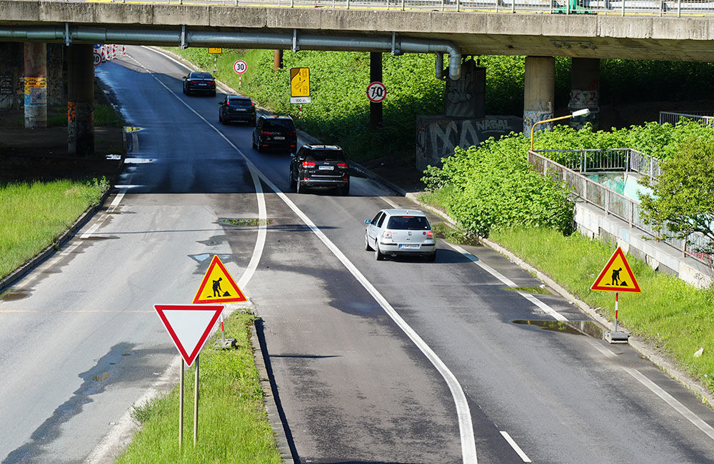 FOTO: Slovenská správa ciest urýchľuje rekonštrukciu cesty pod Rondlom, asfaltuje sa už od rána, foto 8