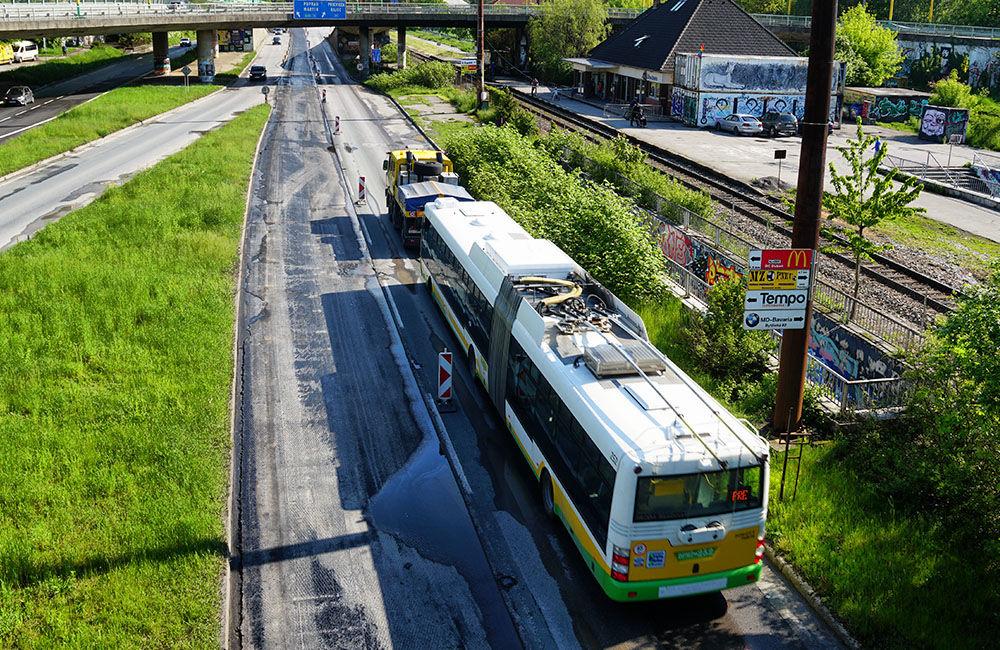 FOTO: Slovenská správa ciest urýchľuje rekonštrukciu cesty pod Rondlom, asfaltuje sa už od rána, foto 9