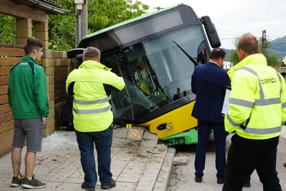 V Zádubní havaroval autobus MHD, zranených je niekoľko ľudí, foto 1