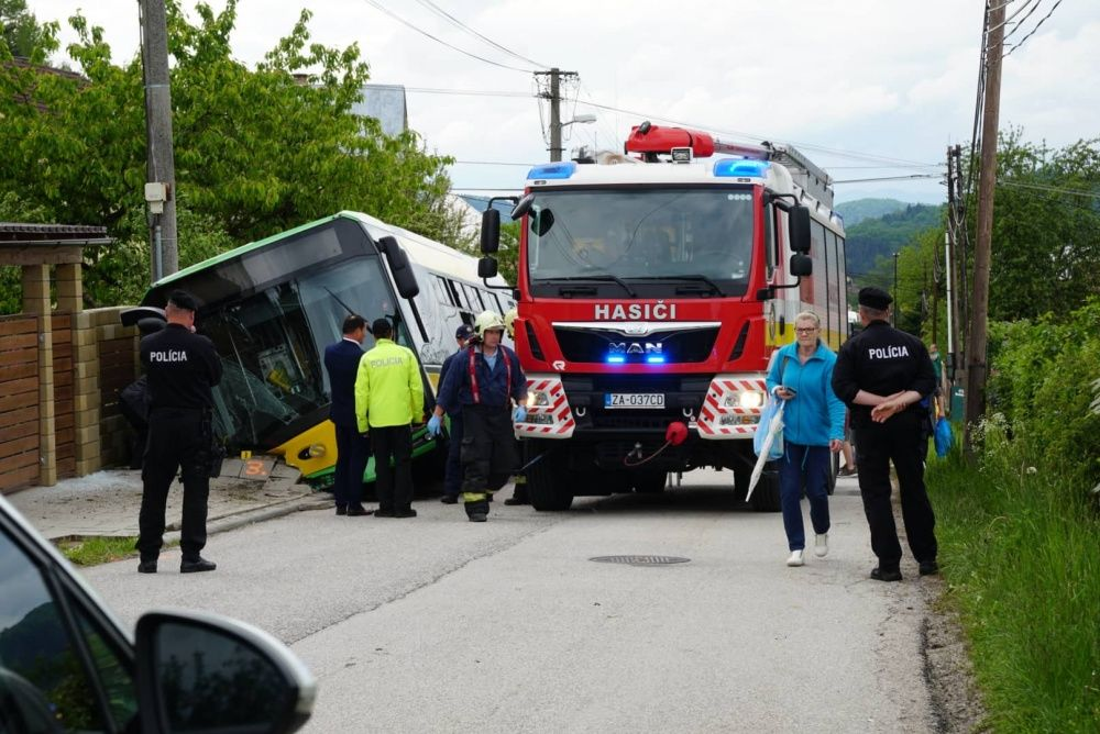 V Zádubní havaroval autobus MHD, zranených je niekoľko ľudí, foto 2
