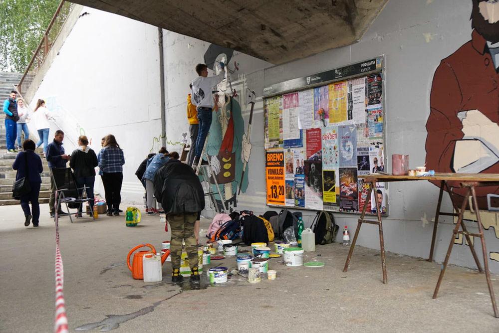 FOTO: Študenti už začali s maľovaním druhej strany Bernoláčky, zároveň opravili prvú, foto 3
