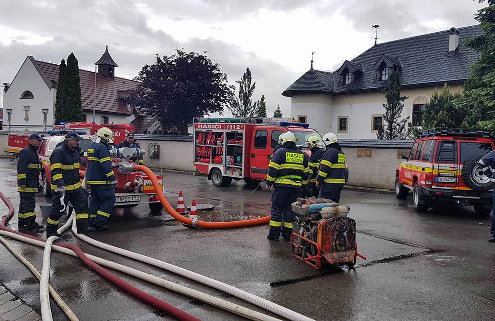FOTO: V obci Kotešová vytopilo rodinné domy, hasiči pomáhajú pri odčerpávaní vody, foto 1