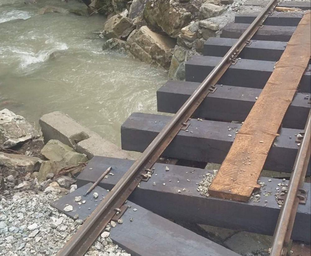 FOTO: Intenzívne dažde ohrozujú Skanzen vo Vychylovke, železnica funguje v obmedzenom režime, foto 1