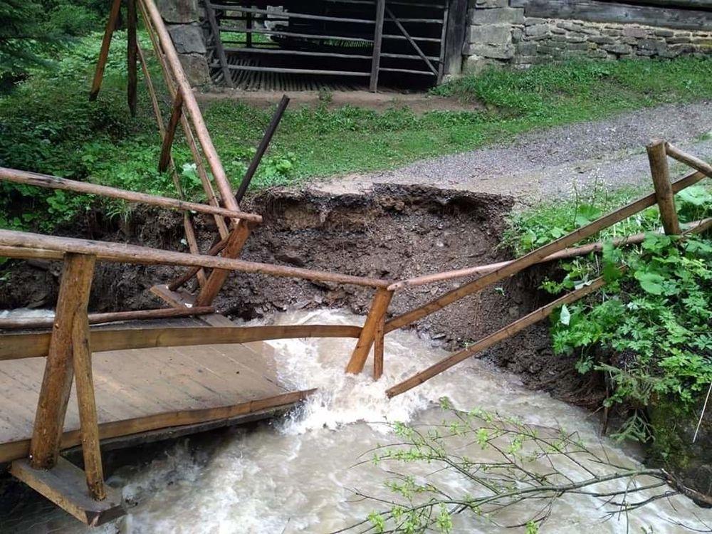 FOTO: Intenzívne dažde ohrozujú Skanzen vo Vychylovke, železnica funguje v obmedzenom režime, foto 2