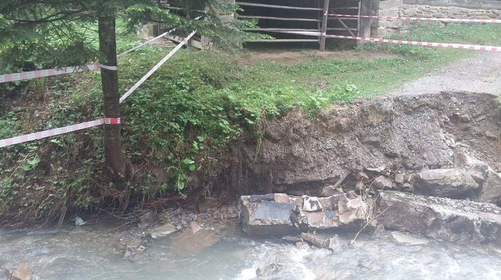 FOTO: Intenzívne dažde ohrozujú Skanzen vo Vychylovke, železnica funguje v obmedzenom režime, foto 3