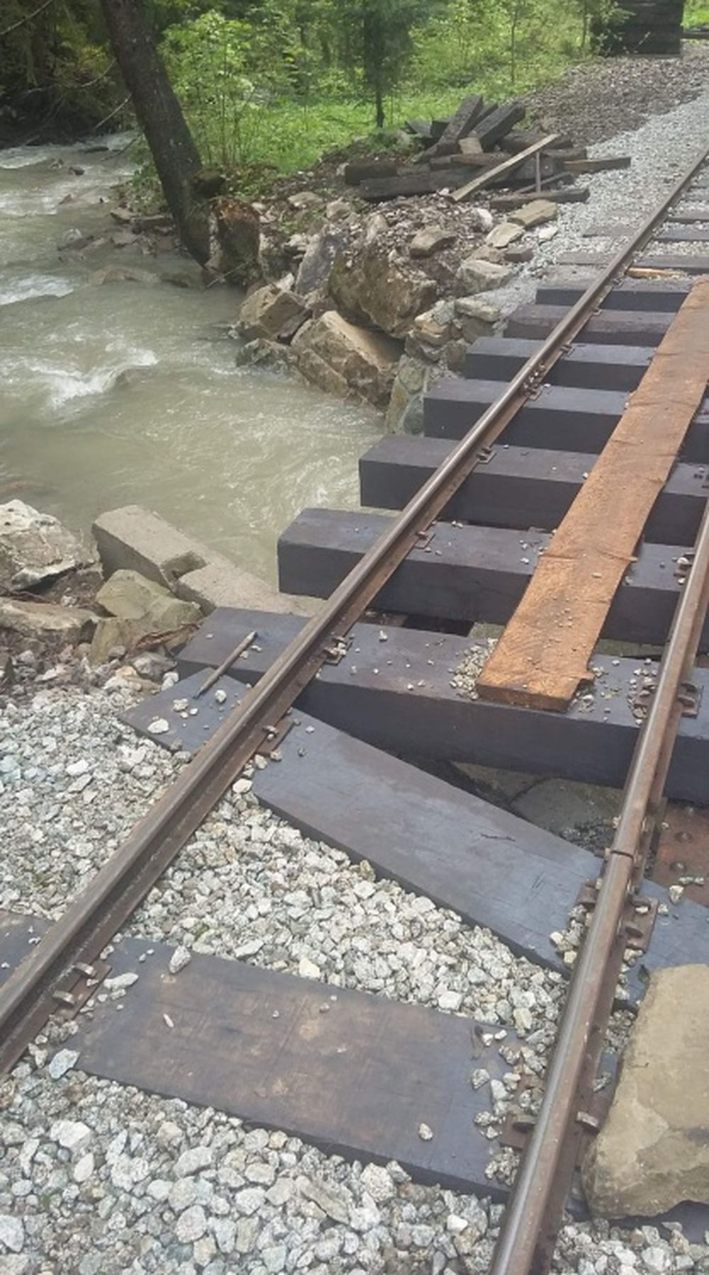 FOTO: Intenzívne dažde ohrozujú Skanzen vo Vychylovke, železnica funguje v obmedzenom režime, foto 4