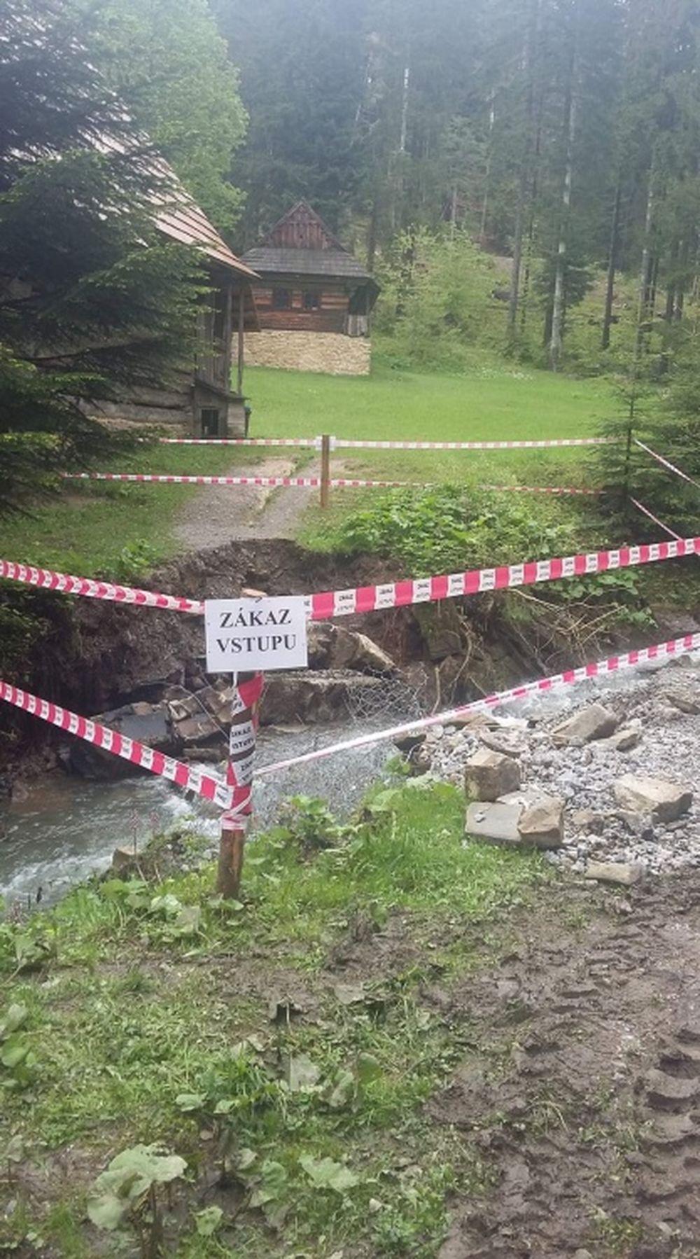 FOTO: Intenzívne dažde ohrozujú Skanzen vo Vychylovke, železnica funguje v obmedzenom režime, foto 5