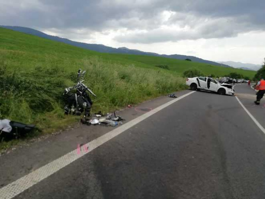 FOTO: V okrese Liptovský Mikuláš došlo tragickej nehode, po zrážke auta a motorky zomreli dve osoby, foto 3
