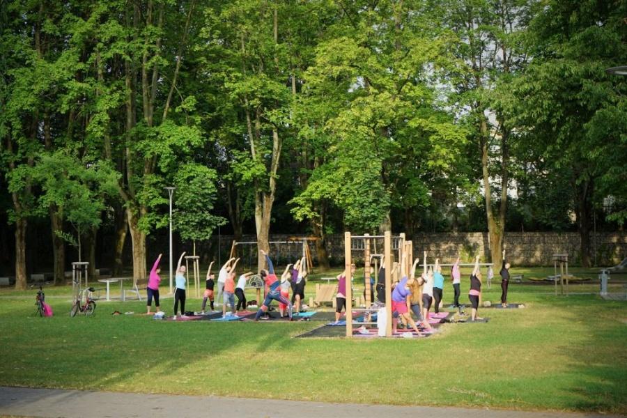 FOTO: Každý utorok a štvrtok sa v Parku Ľudovíta Štúra cvičí ranná joga, foto 1