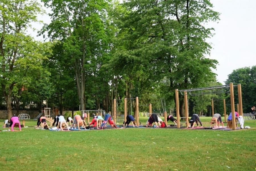 FOTO: Každý utorok a štvrtok sa v Parku Ľudovíta Štúra cvičí ranná joga, foto 3