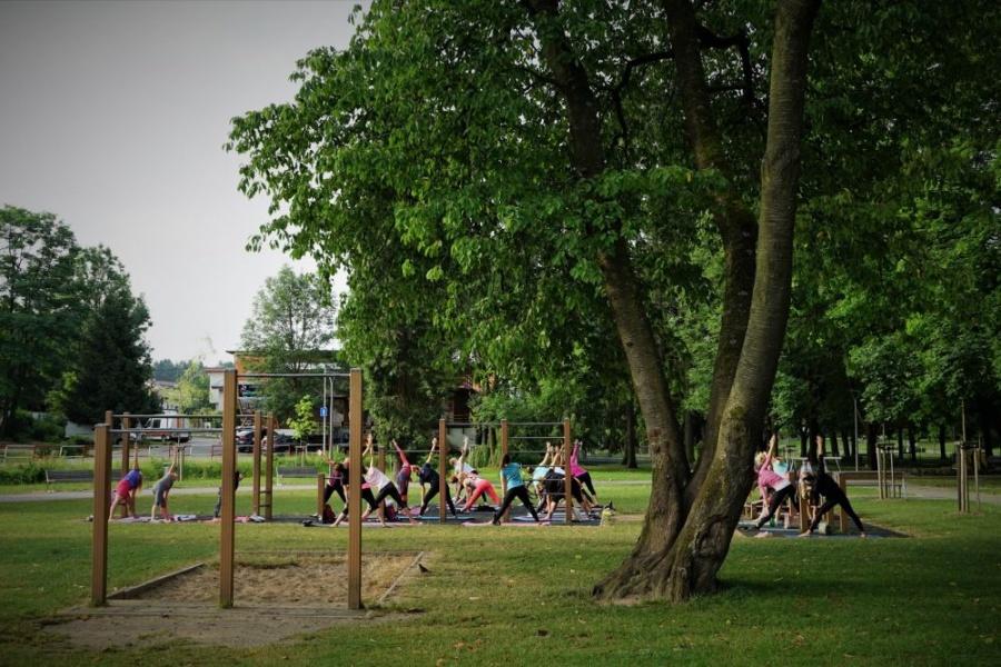 FOTO: Každý utorok a štvrtok sa v Parku Ľudovíta Štúra cvičí ranná joga, foto 4