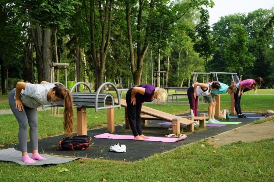 FOTO: Každý utorok a štvrtok sa v Parku Ľudovíta Štúra cvičí ranná joga, foto 6