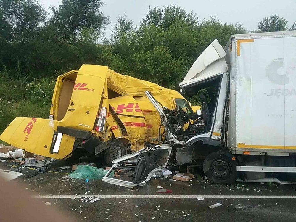 AKTUÁLNE: Pri Námestove došlo k vážnej nehode dodávky a nákladného auta, foto 1