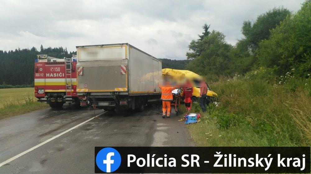 AKTUÁLNE: Pri Námestove došlo k vážnej nehode dodávky a nákladného auta, foto 6