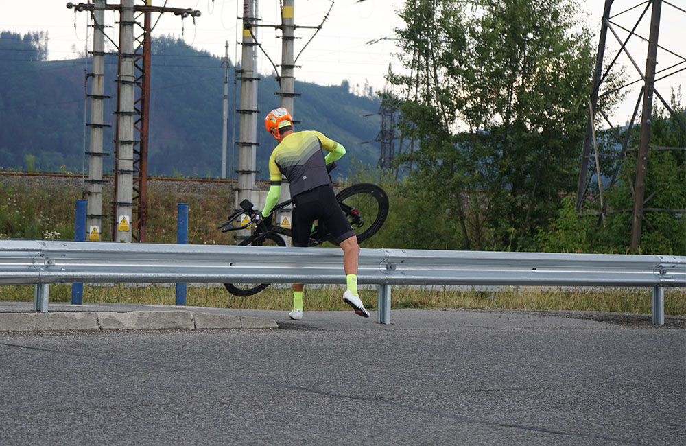 FOTO: Napojenie chodníka pre chodcov a cyklistov pri Vodnom diele bolo zatarasené zvodidlom, foto 1