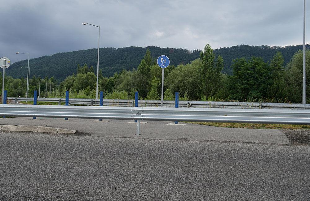 FOTO: Napojenie chodníka pre chodcov a cyklistov pri Vodnom diele bolo zatarasené zvodidlom, foto 2