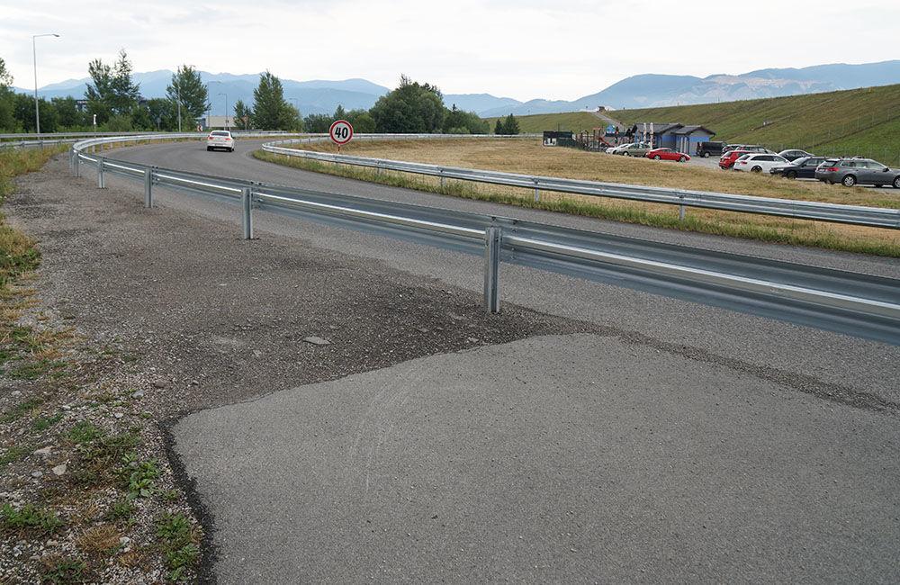 FOTO: Napojenie chodníka pre chodcov a cyklistov pri Vodnom diele bolo zatarasené zvodidlom, foto 4
