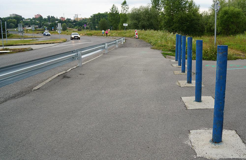FOTO: Napojenie chodníka pre chodcov a cyklistov pri Vodnom diele bolo zatarasené zvodidlom, foto 5