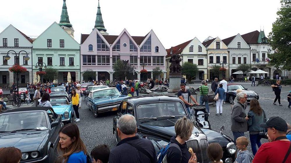 FOTO: Na Mariánskom námestí v Žiline sa počas víkendu predviedli veterány, foto 2